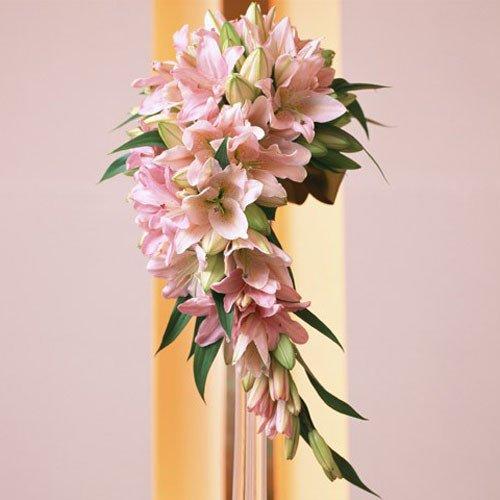 Buchet special de mireasa din crini roz