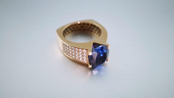 inel de aur cu tanzanit